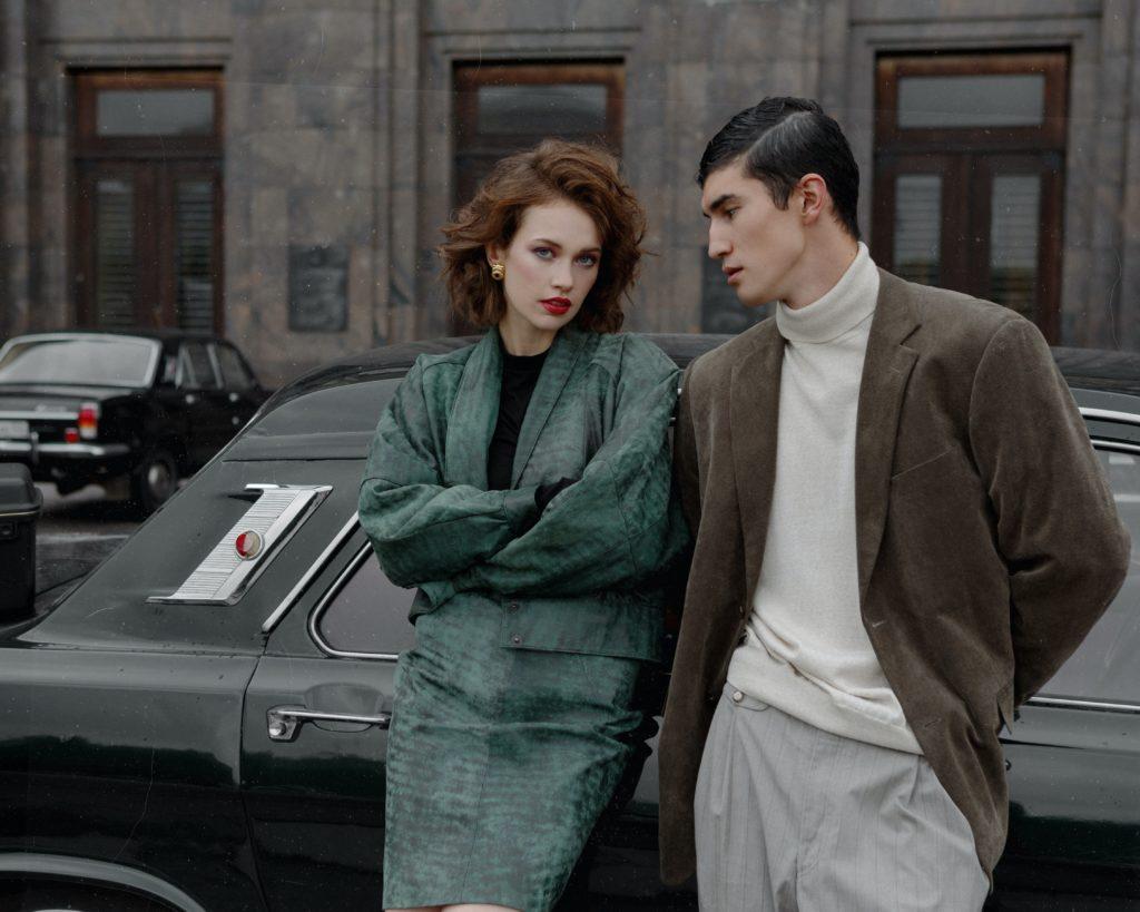 homme et femme adossés voiture tenues vintage